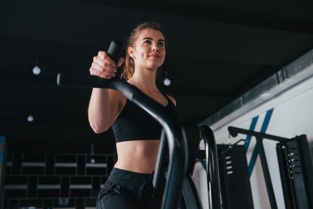 Días de fitness. hermosa mujer rubia en el gimnasio en su fin de semana