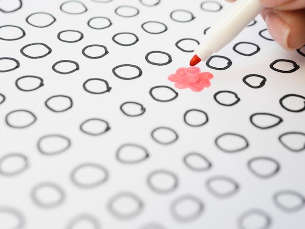 Dibujado flor rosa rodeado de círculos contorneados bu