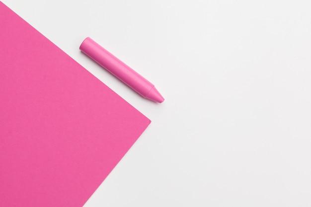 Dibuje a lápiz el crayón en un rosa brillante. concepto de arte