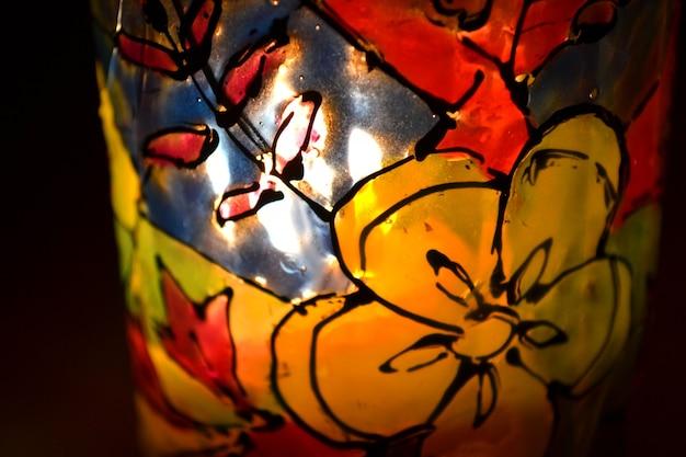 Dibujo abstracto pintura de vidrieras en un vaso