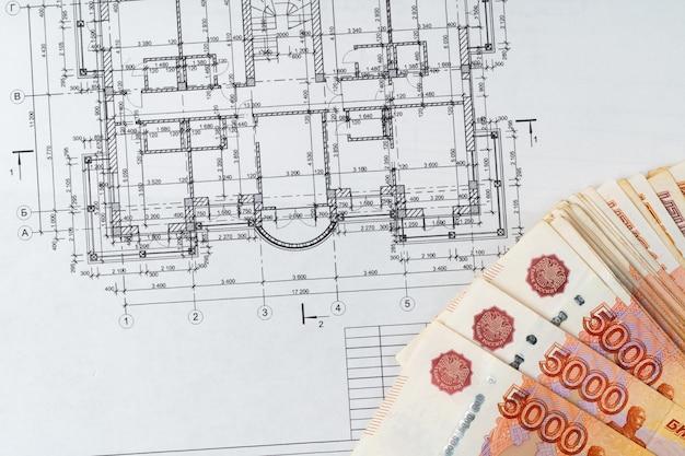 Dibujo arquitectónico y pila de dinero del rublo ruso