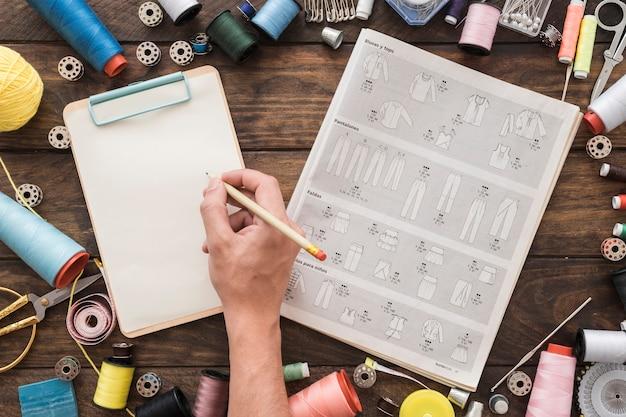 Dibujo de mano de cultivo cerca de coser