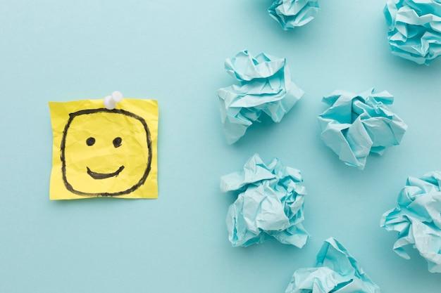 Dibujo de emoji y papel motolite