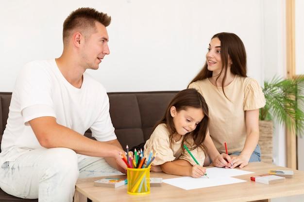 Dibujo de la familia juntos en la sala de estar