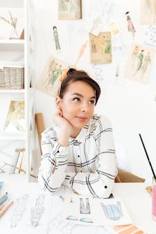 Dibujo de ilustrador de moda mujer bastante pensando