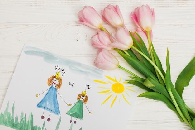 Dibujo infantil de madre e hija con flor.