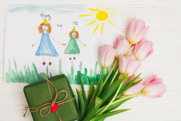 Dibujo infantil de madre con flores y regalo.