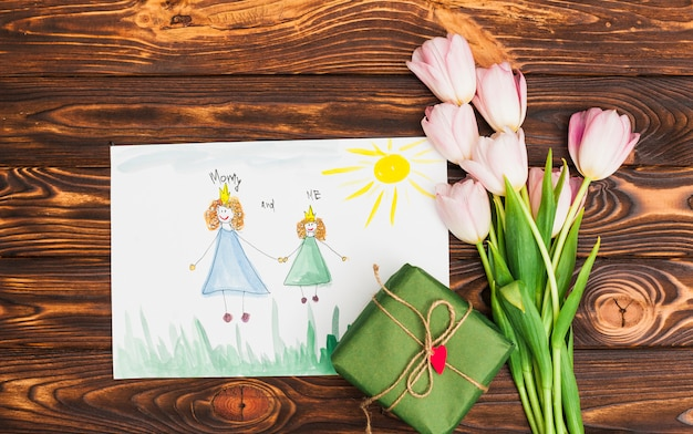 Dibujo infantil de reina y princesa con flores y caja regalo.