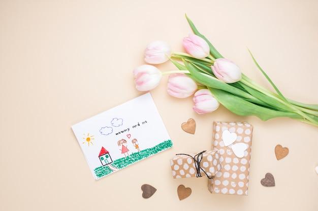 Dibujo de madre e hijo con tulipanes y regalos.