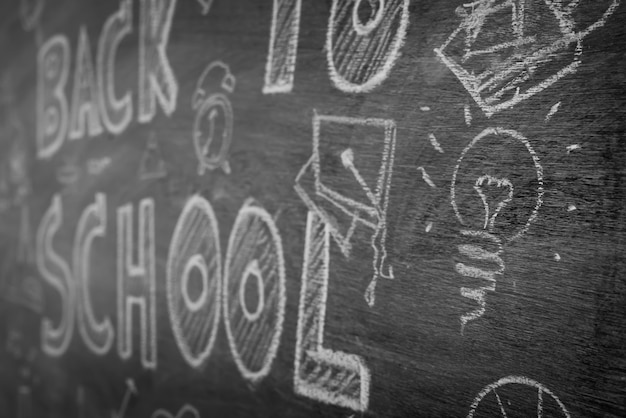 Dibujo a mano alzada de nuevo a escuela en la pizarra, filtrada imagen de la banda