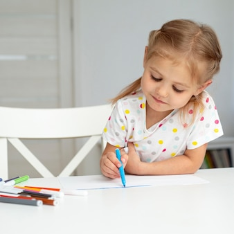 Dibujo de niña de alto ángulo en casa
