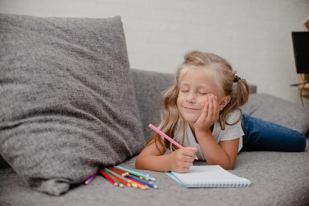 Dibujo de niño acostado en thesofa en la sala de estar.