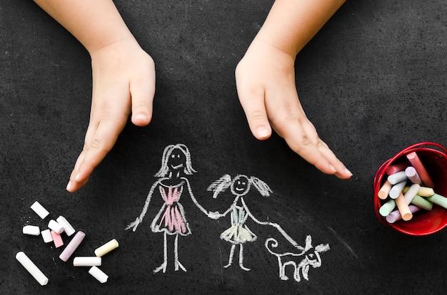 Dibujo de tiza de vista superior con madre soltera