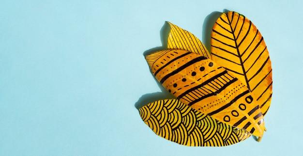 Dibujos abstractos sobre hojas de ficus doradas