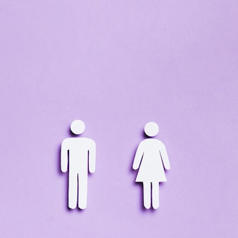 Dibujos animados mujer y hombre de igual tamaño y espacio de copia