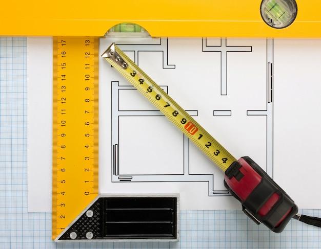 Dibujos y herramientas de desarrollo en papel cuadriculado