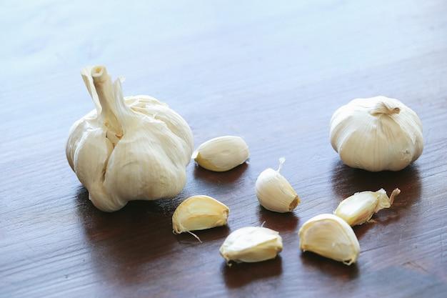 Dientes de ajo aislados en la mesa de madera