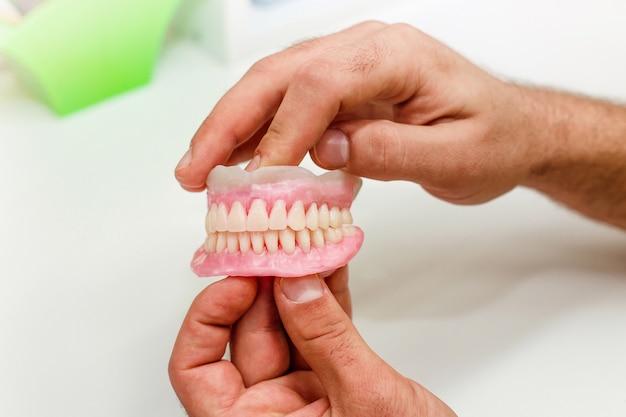 Dientes artificiales de boca llena en el consultorio dental