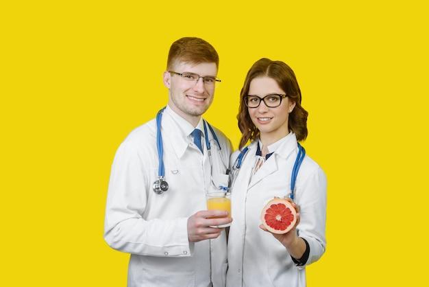 Diet doctor sonriendo al hombre y a la mujer