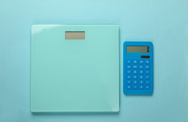 Dieta, bodegón de pérdida de peso. recuento de calorías. calculadora y escalas en azul. minimalismo. endecha plana