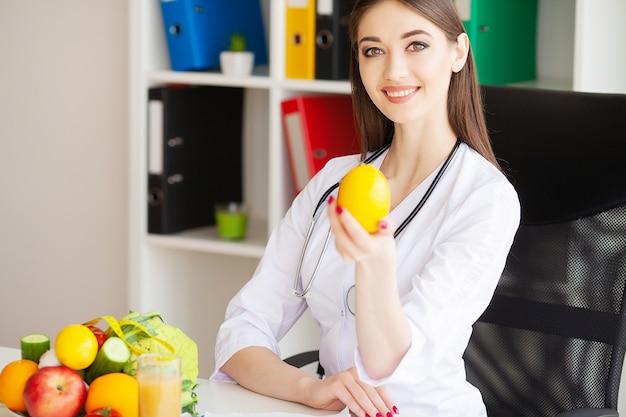 Dieta y concepto saludable. nutricionista sonriente
