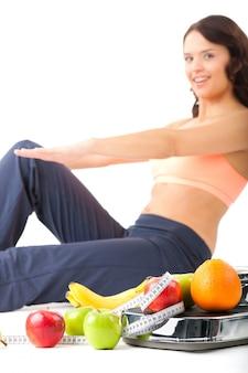 Dieta y deporte: una mujer joven está haciendo abdominales