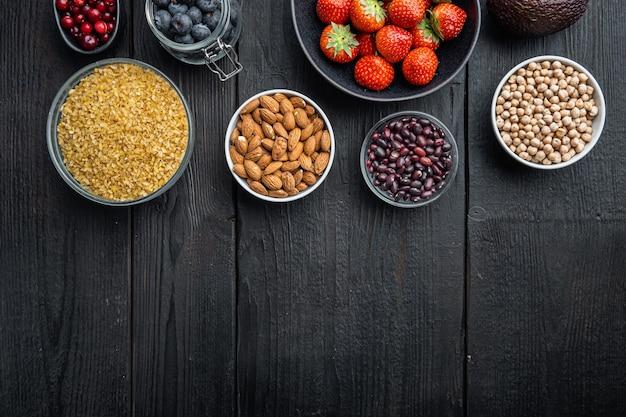 Dieta equilibrada, alimentos saludables orgánicos, selección de alimentación limpia, endecha plana, sobre mesa de madera negra