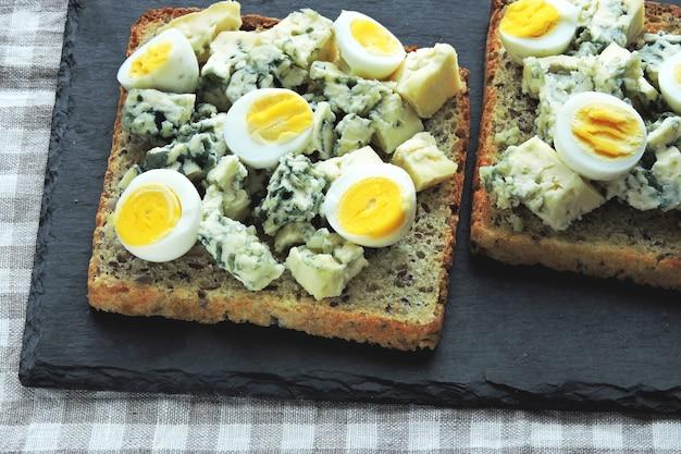 Dieta keto. tostadas con queso azul y huevos de codorniz. tostadas keto. refrigerio saludable.