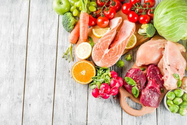 Dieta pegan de moda, carne, huevos, mariscos, productos lácteos y varias verduras frescas.