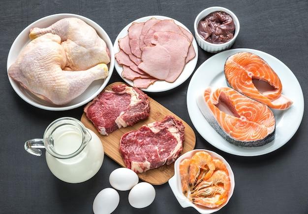 Dieta proteica: productos crudos en el fondo de madera