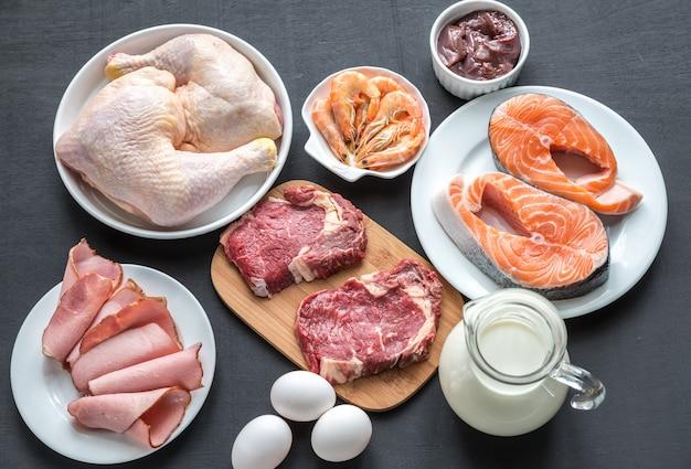 Dieta proteica: productos crudos en la superficie de madera