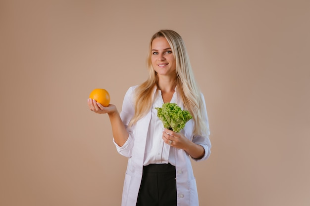 El dietista sostiene frutas y verduras.