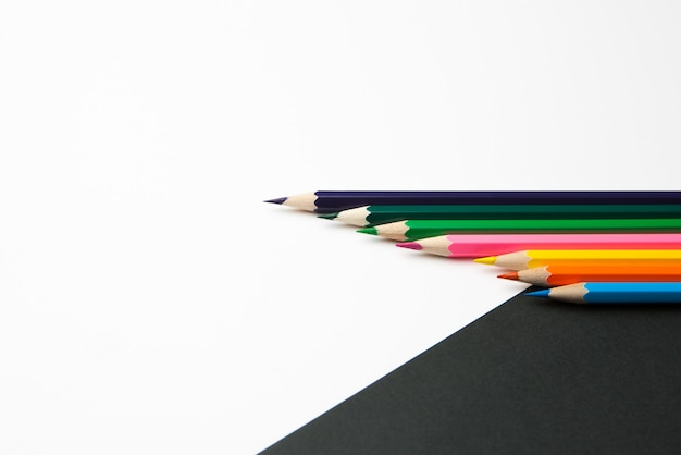 La diferencia entre los lápices de color blanco y negro.