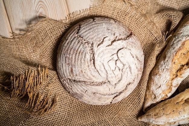 Diferente pan fresco y trigo en la madera