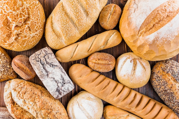 Diferente pan recién horneado en la mesa