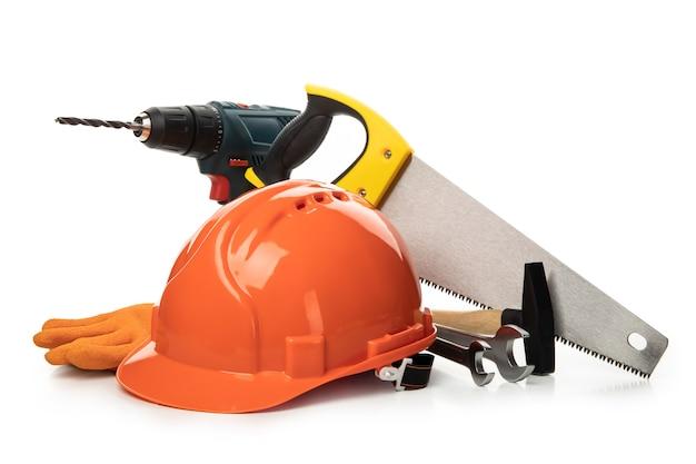 Diferentes accesorios de construcción aislados en blanco