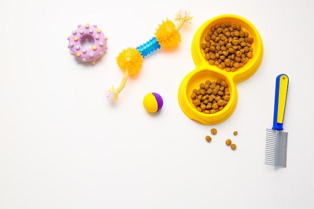 Diferentes accesorios para el cuidado de mascotas sobre fondo blanco.