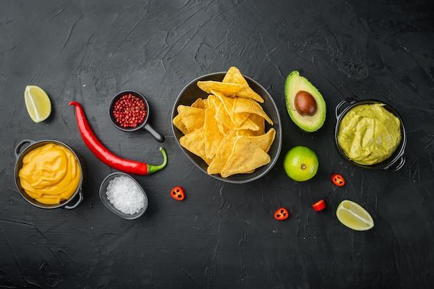 Diferentes aderezos y salsas para nachos.