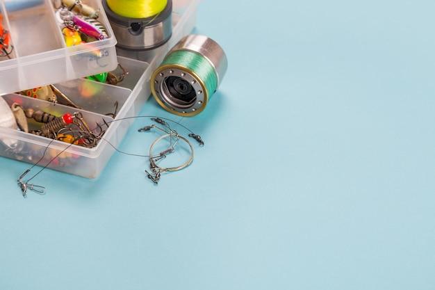 Diferentes aparejos de pesca en el fondo de color