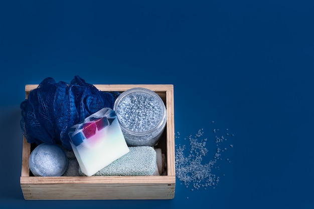Diferentes artículos de cuidado corporal en azul.