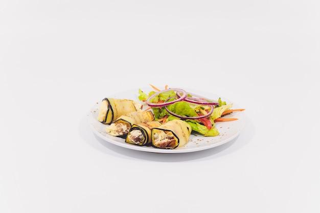 Diferentes bocadillos salados en un tazón