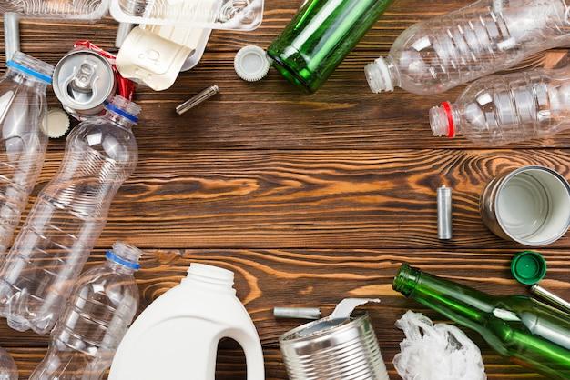 Diferentes botellas y basura para reciclar en mesa.