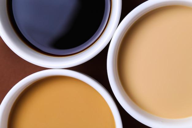Diferentes cafés en tazas blancas