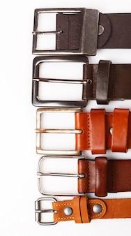 Diferentes cinturones de cuero