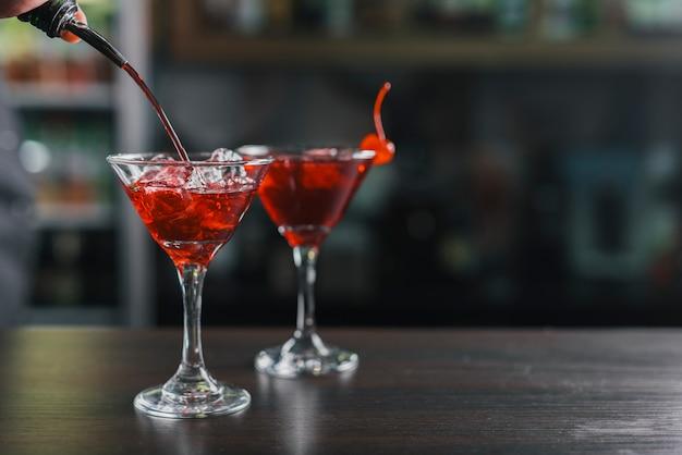 Diferentes cócteles en un bar
