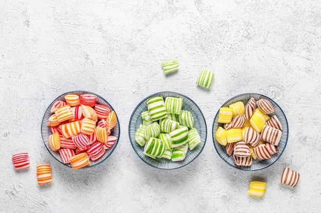 Diferentes colores dulces de azúcar, vista superior