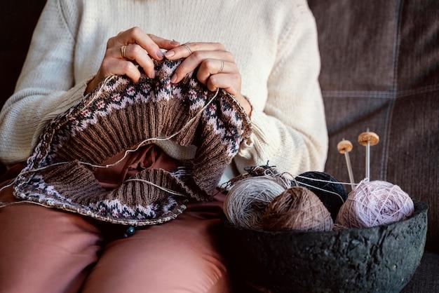 Diferentes colores de hilos y accesorios de costura en una canasta