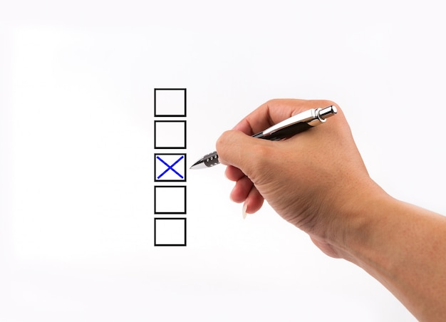 Diferentes columnas con casillas de verificación, votando con bolígrafo por tic