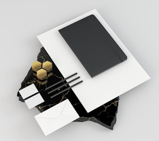 Diferentes documentos de papelería y forma de panal.