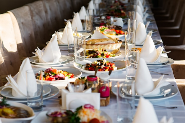 Diferentes ensaladas servidas en la mesa de celebración.